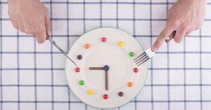 Un nuevo estudio reveló que cenar tarde provoca una ganancia de peso y debilita el metabolismo de las grasas.