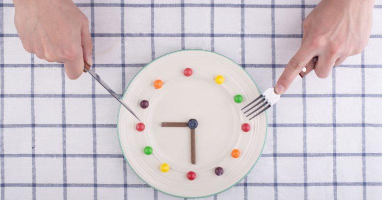 Un nuevo estudio realizado por la Escuela de Medicina de la Universidad de Pensilvania reveló que cenar tarde provoca una ganancia de peso y debilita el metabolismo de las grasas.