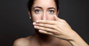 El mal aliento puede ser un síntoma de la apnea del sueño.