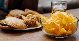Cambia los alimentos chatarra por comida saludable.