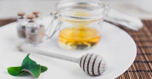 La miel ayuda a combatir el acné.