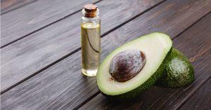 El aguacate tiene propiedades antiinflamatorias y ayuda a combatir el acné.