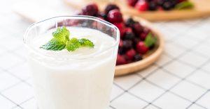 El yogur ayuda a controlar las bacterias del sistema digestivo.