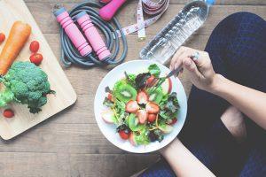 Una buena alimentación es fundamental para proteger los huesos.