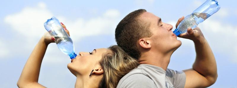¿Se puede quemar calorías tomando agua?